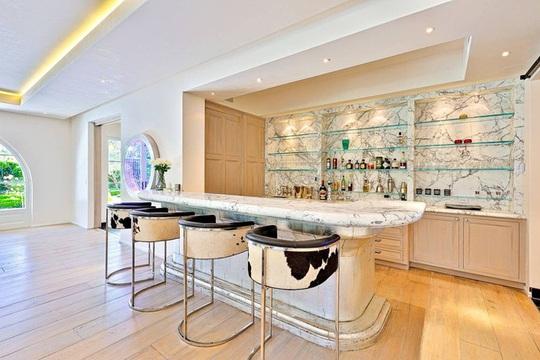 Biệt thự xa xỉ 7 triệu USD mà Hoàng tử Harry và vợ nhắm mua - Ảnh 4.