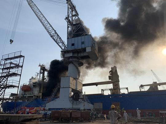Đang sửa chữa, tàu chở hàng bỗng nhiên phát nổ - Ảnh 1.