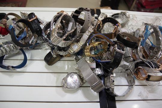 Hàng hiệu Louis Vuitton, Chanel, Gucci, Rolex nhái bị phát hiện ở The Manor Hà Nội - Ảnh 2.