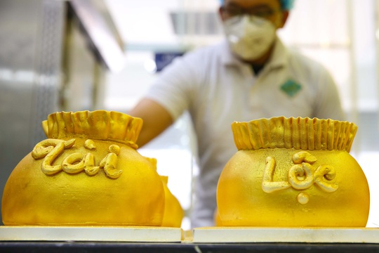 Bánh hũ vàng giá bạc triệu trong ngày vía Thần Tài - Ảnh 1.