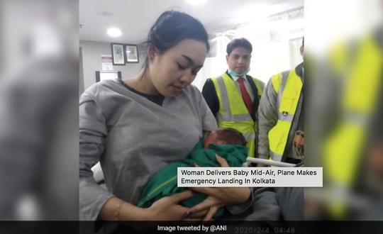 Máy bay hạ cánh khẩn vì sản phụ sinh con giữa chuyến bay - Ảnh 1.