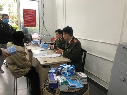 Bắt vụ thu gom 120.000 khẩu trang ở phía Nam, tập kết tại Hà Nội để đưa lên biên giới bán kiếm lời - Ảnh 2.