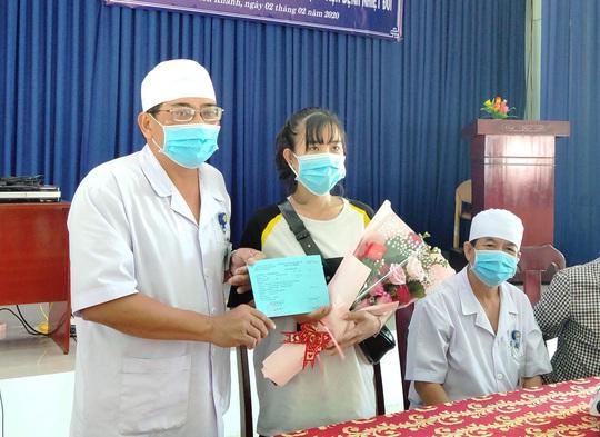 Khánh Hòa: Niềm vui vỡ òa của nữ lễ tân nhiễm virus corona được xuất viện - Ảnh 1.