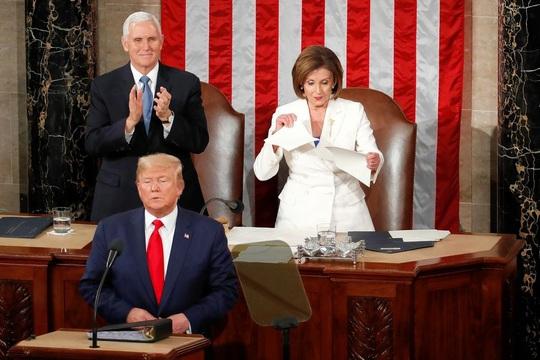 Clip bà Pelosi xé bản sao thông điệp liên bang của Tổng thống Donald Trump - Ảnh 2.