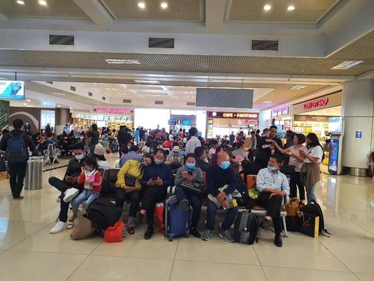 Nhiều hành khách bị cách ly, nghi nhiễm Covid-19 ở các sân bay - Ảnh 1.