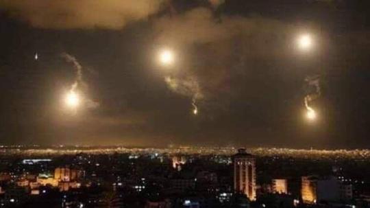 Phòng không Syria chặn tên lửa, thủ đô Damascus rung chuyển - Ảnh 1.