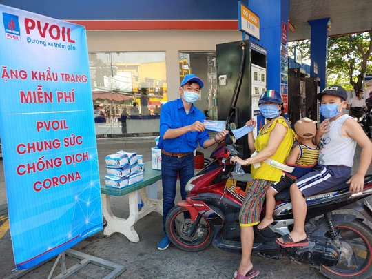 PVOIL tặng khẩu trang miễn phí để phòng chống dịch Corona - Ảnh 1.