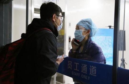 Giữa đại dịch virus corona, nữ y tá hôn bạn trai qua tấm kính cách ly - Ảnh 3.