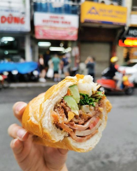 Những quán ăn ven đường không rẻ vẫn hút khách ở TP.HCM - Ảnh 6.