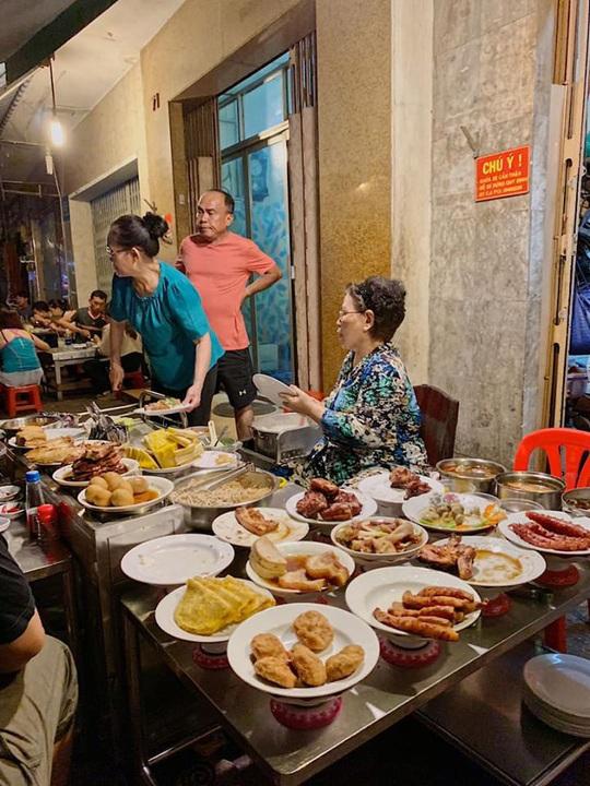 Những quán ăn ven đường không rẻ vẫn hút khách ở TP.HCM - Ảnh 7.