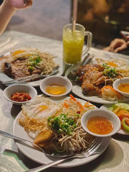 Những quán ăn ven đường không rẻ vẫn hút khách ở TP.HCM - Ảnh 9.