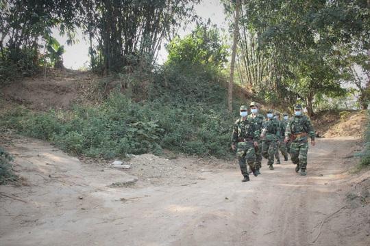 Chùm ảnh: Biên phòng Quảng Trị tạm đóng cửa khẩu phụ, để chặn dịch nCoV - Ảnh 1.