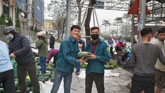 Dân Hà Nội đổ xô mua dưa hấu giải cứu nông dân các tỉnh phía Nam - Ảnh 1.