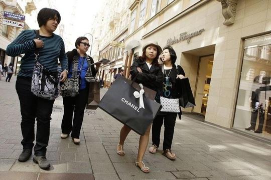 Các kinh đô hàng xa xỉ nhớ khách Trung Quốc - Ảnh 1.