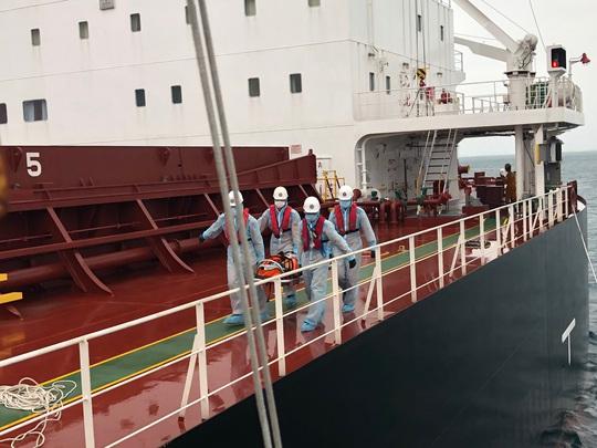 Cận cảnh treo dây cáp trên biển, cứu nạn thuyền viên Philippines - Ảnh 3.