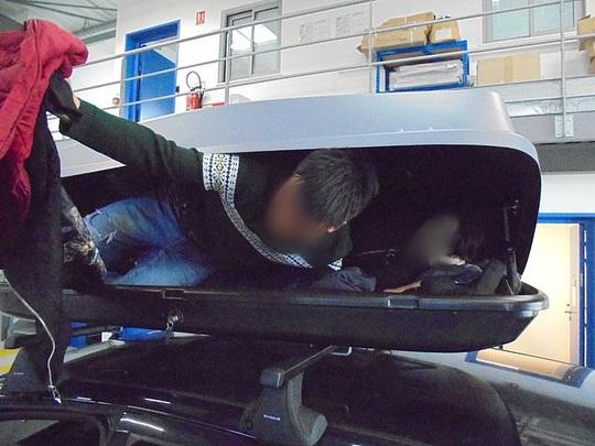 Phát hiện 3 người Việt trong hộp hành lý, kẻ buôn người bị bắt tại Anh - Ảnh 3.