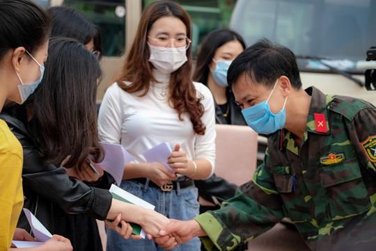 CLIP: Cảnh người dân phấn khởi ngày hết hạn cách ly vì dịch Covid-19, trở về nhà - Ảnh 11.