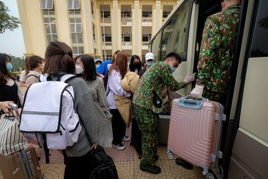 CLIP: Cảnh người dân phấn khởi ngày hết hạn cách ly vì dịch Covid-19, trở về nhà - Ảnh 13.