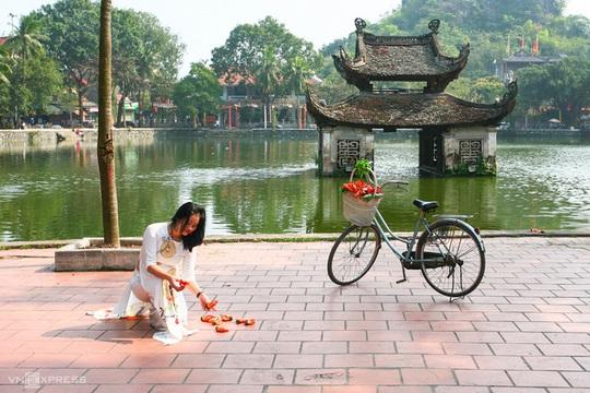 Rực đỏ hoa gạo trước sân chùa Thầy - Ảnh 7.