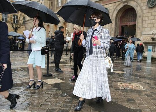 Dàn tín đồ thời trang mặc gì để gây chú ý trong mùa dịch Covid-19? - Ảnh 5.