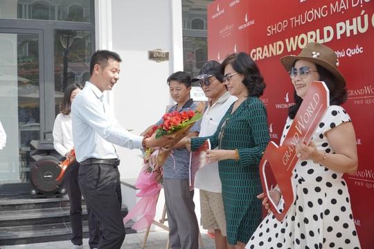 Chính thức bàn giao shop thương mại, nhà đầu tư Grand World Phú Quốc kỳ vọng thu lời sớm - Ảnh 1.