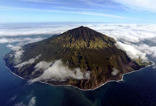 Cuộc sống trên đảo hẻo lánh nhất thế giới - Ảnh 1.