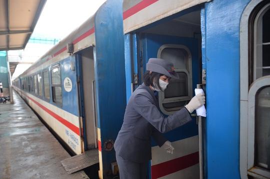 Đường sắt đừng nhiều chuyến tàu từ Hà Nội đi các tỉnh do dịch Covid-19 - Ảnh 1.