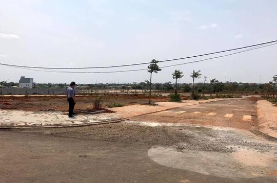 Vụ bỏ ngoài 7.000m2 đất khỏi quy hoạch: Chưa thu hồi, nhận đền bù vẫn bị lấy đất phân lô bán - Ảnh 1.