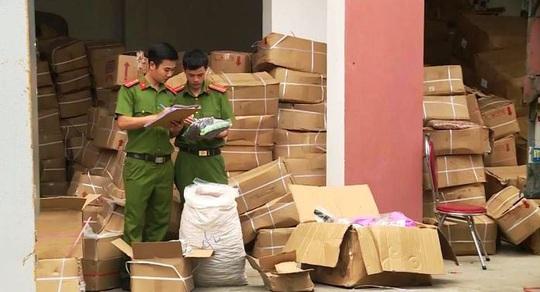 Quảng Bình: Bắt giữ xe tải chở hơn 10 tấn trái cây sấy khô, bốc mùi - Ảnh 1.