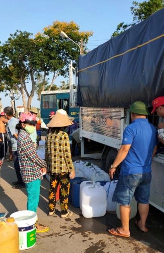 Biệt đội chở nước ngọt về cấp miễn phí cho dân vùng hạn mặn - Ảnh 5.