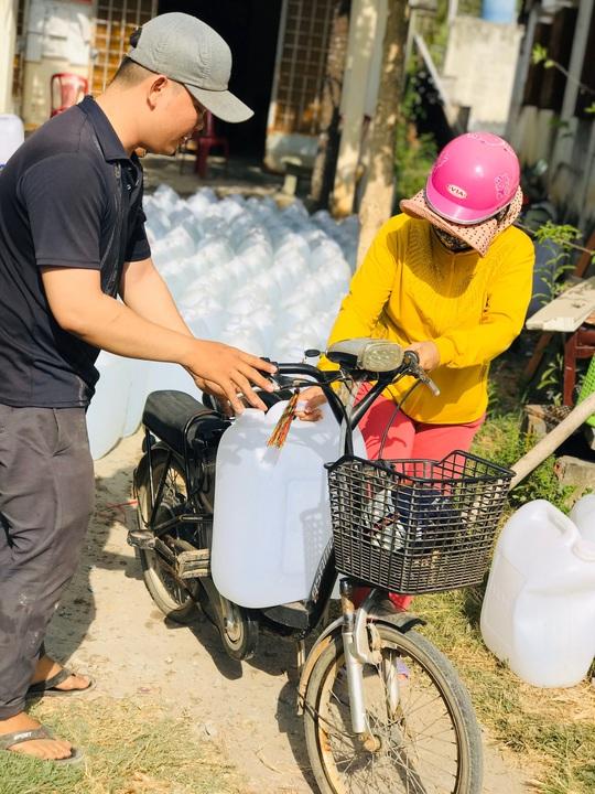 Nước ngọt nghĩa tình tiếp tục đến với người dân vùng hạn, mặn miền Tây - Ảnh 10.