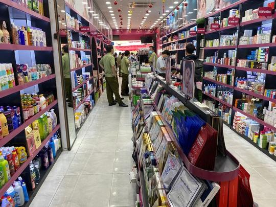 Tổng kiểm tra 4 điểm kinh doanh mỹ phẩm có dấu hiệu vi phạm - Ảnh 1.