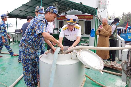 Nước ngọt nghĩa tình tiếp tục đến với người dân vùng hạn, mặn miền Tây - Ảnh 2.