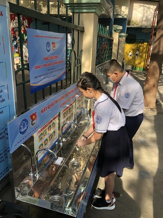 Sawaco thực hiện công trình bồn nước sạch rửa tay hưởng ứng tháng thanh niên 2020 - Ảnh 2.