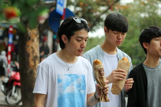Du khách Hàn Quốc tấm tắc khen bánh mì Hà Nội quá ngon - Ảnh 1.