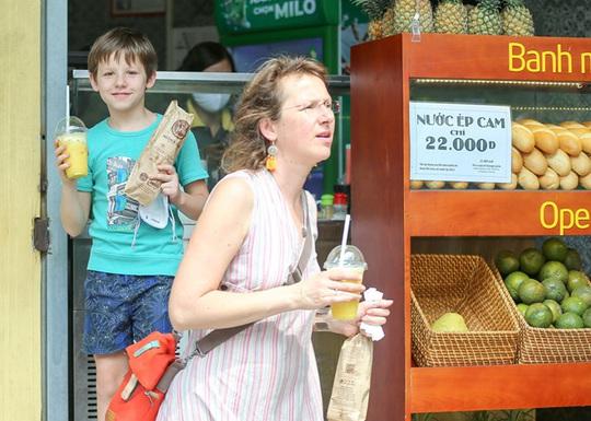 Du khách Hàn Quốc tấm tắc khen bánh mì Hà Nội quá ngon - Ảnh 11.
