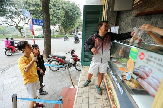 Du khách Hàn Quốc tấm tắc khen bánh mì Hà Nội quá ngon - Ảnh 13.
