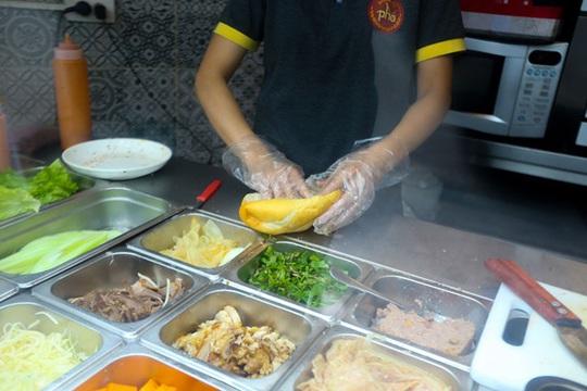 Du khách Hàn Quốc tấm tắc khen bánh mì Hà Nội quá ngon - Ảnh 3.