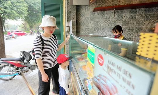 Du khách Hàn Quốc tấm tắc khen bánh mì Hà Nội quá ngon - Ảnh 4.
