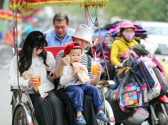 Du khách Hàn Quốc tấm tắc khen bánh mì Hà Nội quá ngon - Ảnh 6.