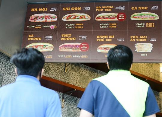 Du khách Hàn Quốc tấm tắc khen bánh mì Hà Nội quá ngon - Ảnh 7.