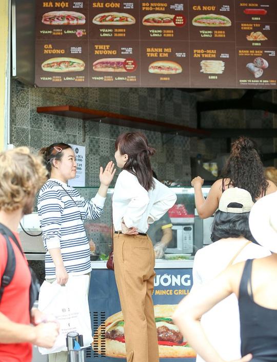 Du khách Hàn Quốc tấm tắc khen bánh mì Hà Nội quá ngon - Ảnh 9.