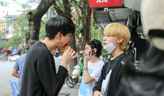 Du khách Hàn Quốc tấm tắc khen bánh mì Hà Nội quá ngon - Ảnh 10.