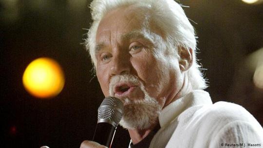 Biểu tượng nhạc đồng quê Kenny Rogers qua đời - Ảnh 3.