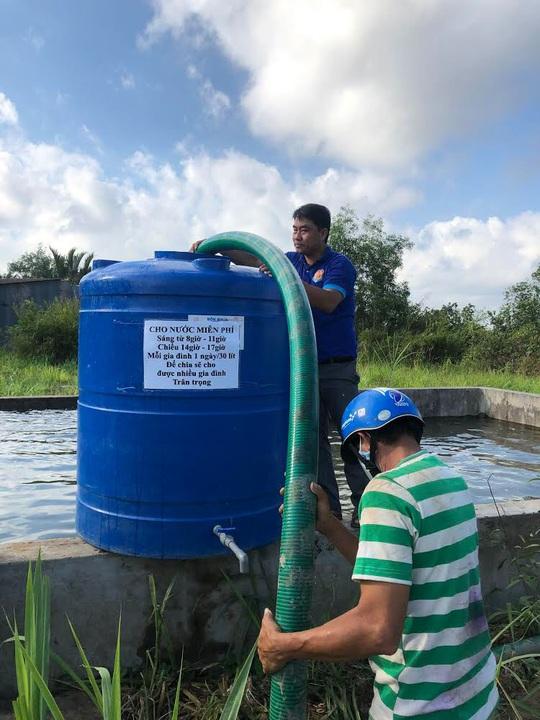 150.000 lít nước ngọt nghĩa tình cho người dân vùng hạn mặn Bến Tre - Ảnh 2.