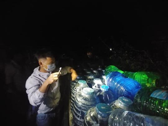 Trắng đêm mang nước ngọt đến với người dân vùng hạn mặn - Ảnh 4.