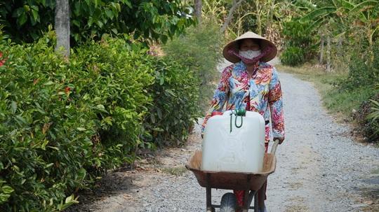 Nông dân miền Tây xếp hàng dài chờ nước ngọt trong cảnh hạn mặn - Ảnh 3.