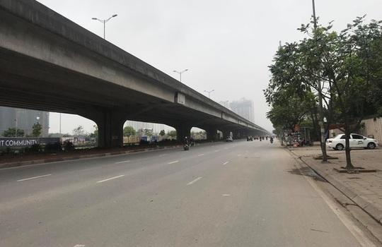 Người dân hạn chế ra đường trong dịch Covid-19, đường phố Hà Nội vắng như Tết - Ảnh 17.