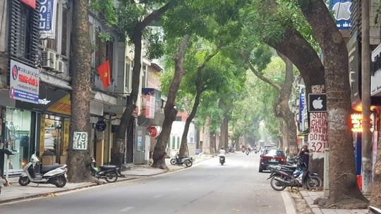 Người dân hạn chế ra đường trong dịch Covid-19, đường phố Hà Nội vắng như Tết - Ảnh 7.
