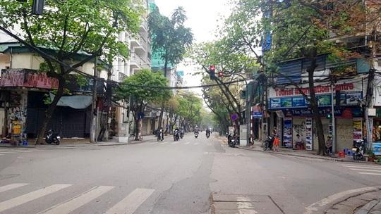 Người dân hạn chế ra đường trong dịch Covid-19, đường phố Hà Nội vắng như Tết - Ảnh 13.
